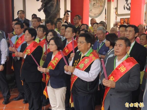 準總統蔡英文(前排右三)到台南祀典大天后宮春祭媽祖。(記者王俊忠攝)
