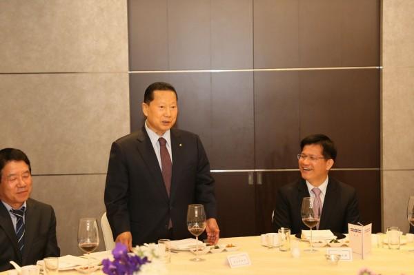 南韓奧委會主席金正幸(中)支持台中提案,將自由車、輕艇列入2019東亞青運競賽項目。(台中市政府提供)