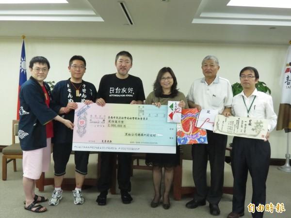 台日友好訪問團,由中村文昭(左二)率團來台捐贈南市震災款。(記者蔡文居攝)