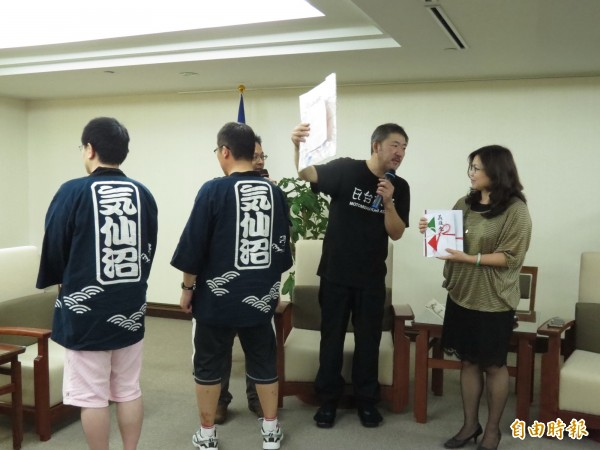 日方的捐款不少來自東北災區,他們也特別穿上宮城縣氣仙沼市的衣服,隨團來台表達對台灣的感謝之意。(記者蔡文居攝)