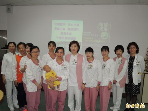 台南奇美醫院為推廣母乳哺餵成立「母嬰親善天使」,由志工們進行臨床服務。(記者王俊忠攝)