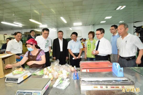 眾人參觀農產品加工包裝的生產過程。(記者陳冠備攝)