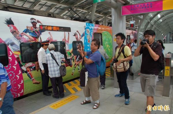 首班普悠瑪號開抵屏東站,下車乘客及鐵道迷紛紛拍照見證歷史。(記者李立法攝)