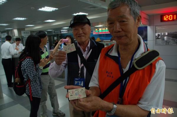 首班普悠瑪號開抵屏東站,鐵道迷專程從台北坐到屏東,見證歷史,並開心秀出具紀念性的車票。(記者李立法攝)
