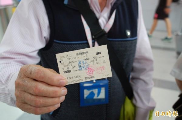首班普悠瑪號開抵屏東站,鐵道迷開心秀出具紀念性的車票。(記者李立法攝)