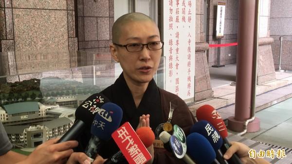 藝人黃安胞妹在中台禪寺出家修行20年,法號釋見脈,她雙手合十感恩師父當年為她背負沉重負面新聞壓力。(記者佟振國攝)