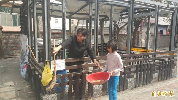 校長戴進隆和學生一起為中途之家狗狗清理環境。(記者鄭旭凱攝)