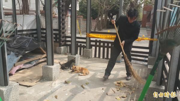 戴進隆常親自打掃中途之家,被朋友笑稱「搶著當狗奴才」。(記者鄭旭凱攝)