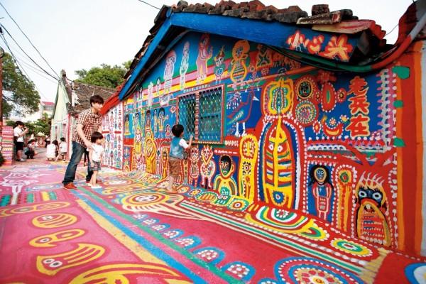 「彩虹眷村」是一處色彩繽紛、充滿童趣彩繪的旅遊傳奇景點。(台中政府新聞局提供)