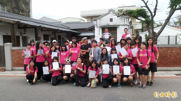 台南土城高中學生,走讀王金河醫治烏腳病患者的診所。 (記者楊金城攝)