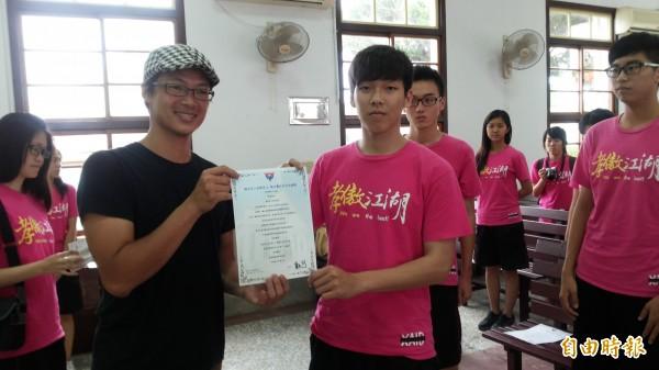 唐大可(左二)頒發成年禮證書。(記者楊金城攝)