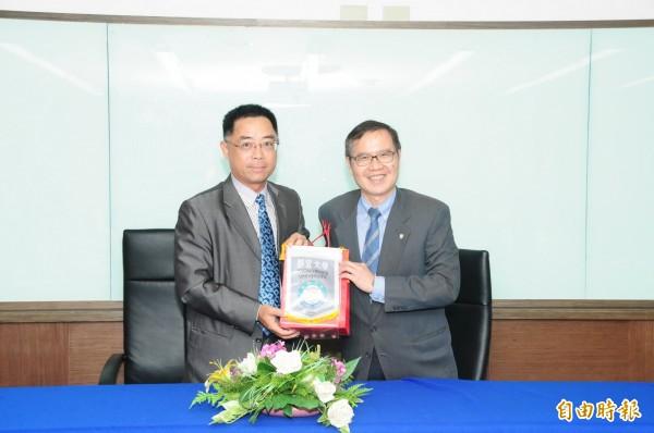靜宜大學與越南台灣商會聯合總會暨今立塑膠工業簽訂產學合作備忘錄。(記者張軒哲攝)