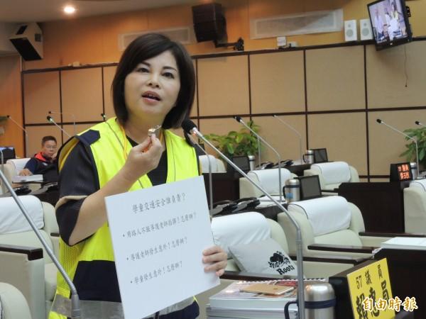 台南市議員賴惠員質詢家長志工擔任交通導護,沒有法源依據與投保,只能靠哨子自保嗎?(記者洪瑞琴攝)