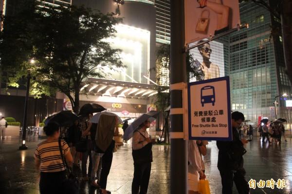 捷運公司緊急調派免費公車接駁,但仍有不少民眾抱怨停駛不便,對站務員人員大小聲。(記者鍾泓良攝)