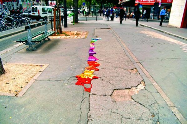 道路編織,2009年位於法國巴黎,1位藝術家用毛線編織修補人行道,堪稱佛心來著。 (圖片擷取自flickr「juliana santacruz herrera」)