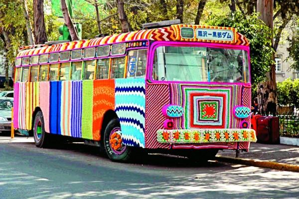 車輛編織,位於墨西哥首都墨西哥市,藝術家Madga Sayeg用毛線轟炸1輛來自日本的巴士。 (圖片擷取自網站TwistedSifter)