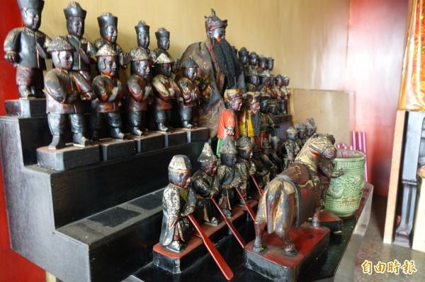 彰化縣鹿港朝天慈聖宮被偷了10尊兵將,被偷的痕跡相當明顯。(記者劉曉欣攝)
