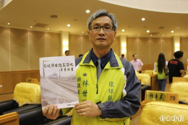 議員林世賢要求組專案小組監督縣府開發彰化市鐵路高架化工程案。(記者張聰秋攝)
