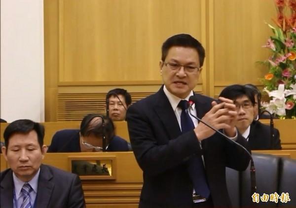縣長魏明谷回答議員質詢,強調彰化市鐵路高架化不可能做到三鐵共構。(記者張聰秋攝)