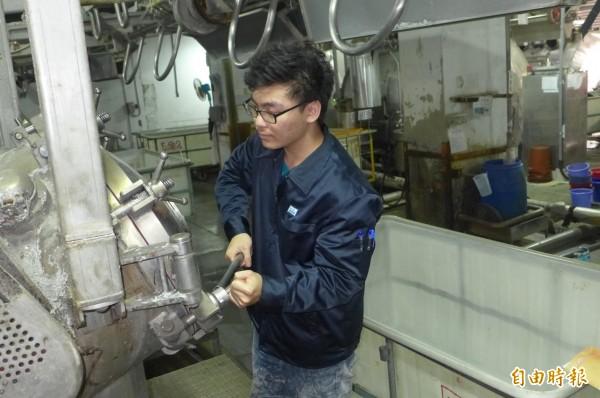 余家紘是遠東科大產學訓專班學生,目前在合作企業上班,假日到學校上課。(記者楊金城攝)