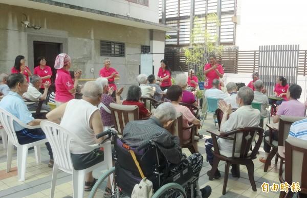 國樂團賣力演出,與社區長輩提前歡度母親節。(記者吳俊鋒翻攝)
