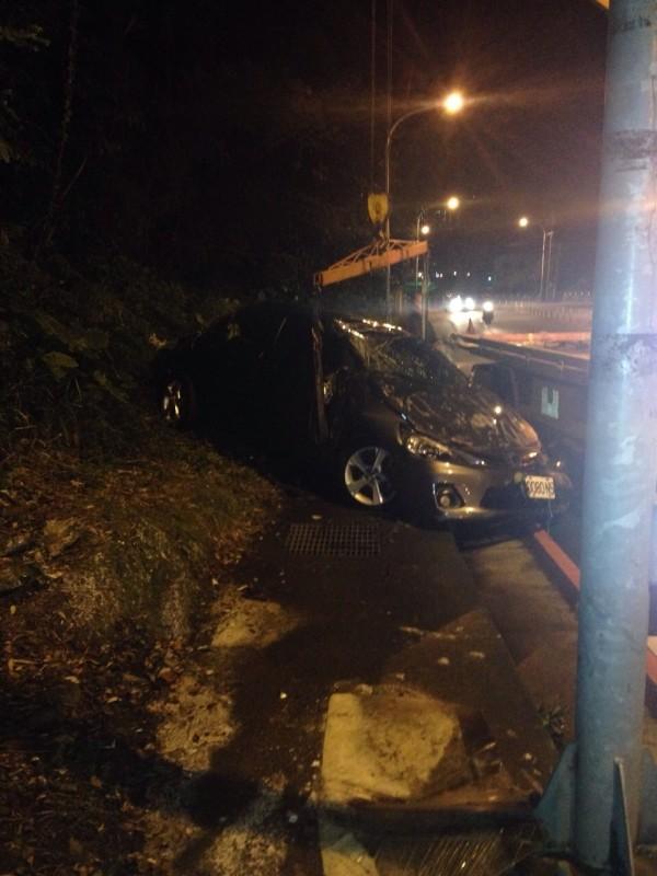 車子撞成這樣,竟然能貸到62萬元。(記者吳政峰翻攝)