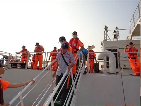 海巡署航行上千海浬,搶救受傷印尼漁工。(記者洪臣宏翻攝)