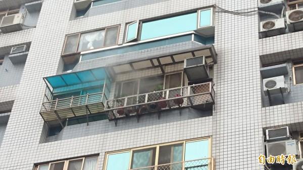 濃煙從6樓窗戶竄出。(記者游承霖攝)