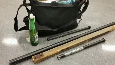 警方沒收滋事份子的鐵棍、木棒、以及手持汽油彈。(圖擷自推特)