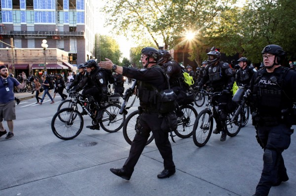 西雅圖警方驅離反資本主義的示威民眾。(路透)