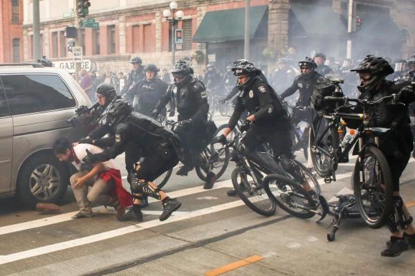 警方逮捕遊行滋事份子。(路透)