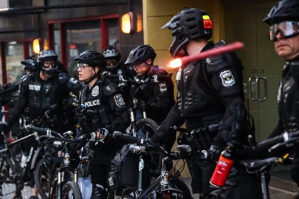 美聯社記者捕捉到煙火被丟往警察的瞬間。(美聯社)