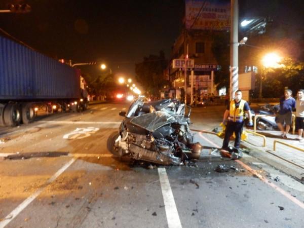 陳男駕駛的小客車撞上運旺引車後一百八十度轉向並飛往外車道。(記者歐素美翻攝)