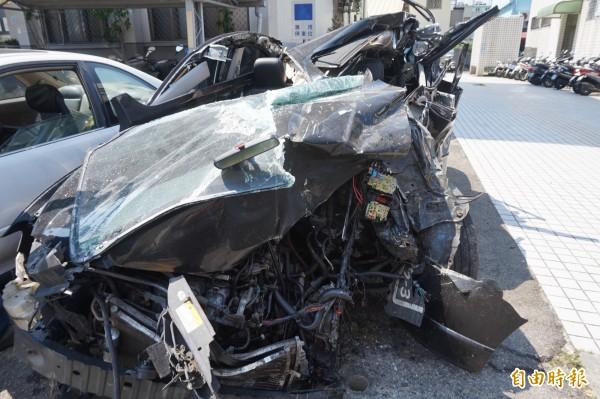 陳男的小客車撞得稀巴爛。(記者歐素美攝)