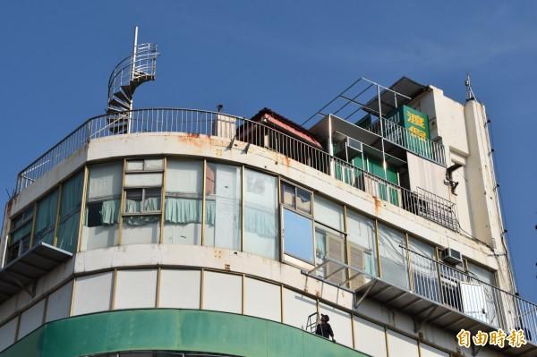 8樓頂新增白鐵製樓梯,窗外陽台走廊也在施作。(記者蘇福男攝)