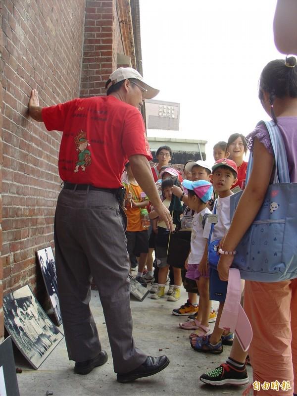 對在地居民來說,「萬華社區小學」作為萬華被外界認識的橋樑。(記者鍾泓良攝)