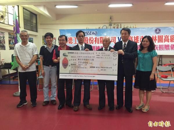 世德董事長陳光裕(右2)捐款助學,95歲老董(右3)也來勉勵學子。(記者洪臣宏攝)