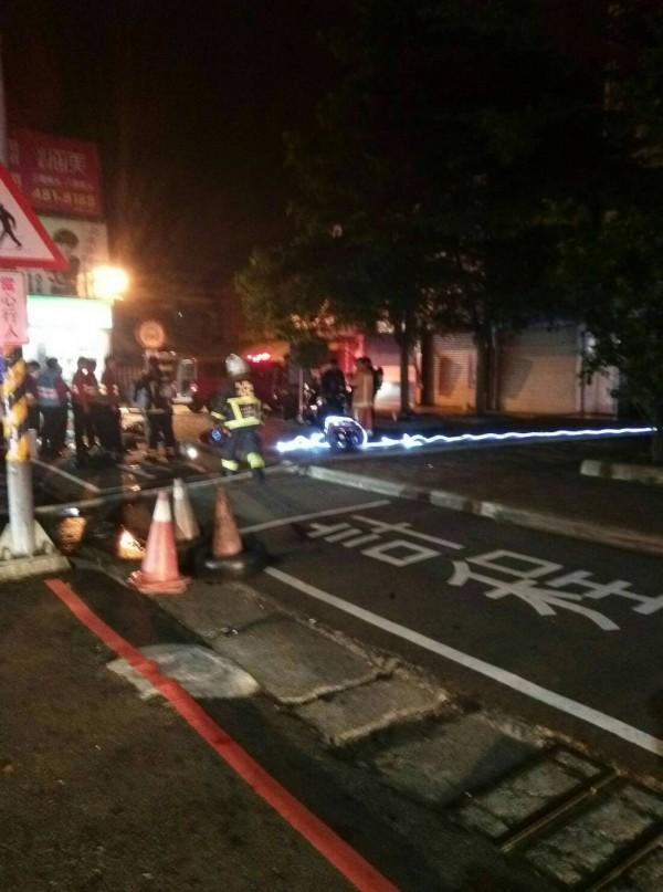 埔心車站發生火警,消防隊員緊急灌救。(記者周敏鴻翻攝)