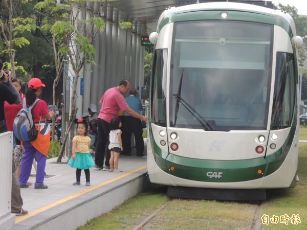 高雄市政府今向交通部申報輕軌C4至C8路段履勘。(記者王榮祥攝)