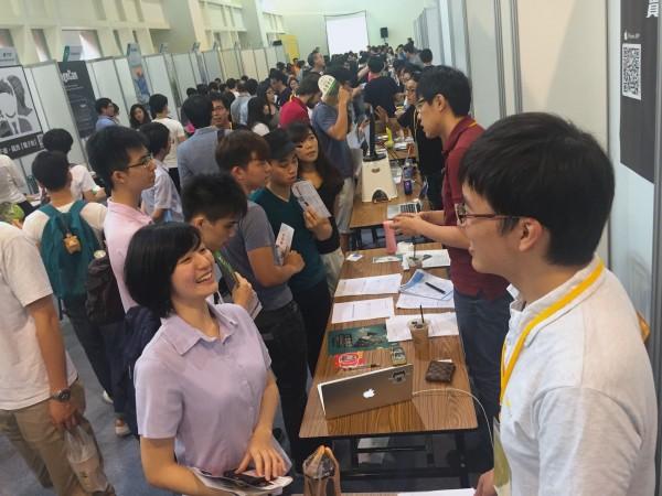 台大創創中心今天在台大綜合體育館舉辦新創實習媒合活動,66家新創企業至現場設攤。(台大創創中心提供)