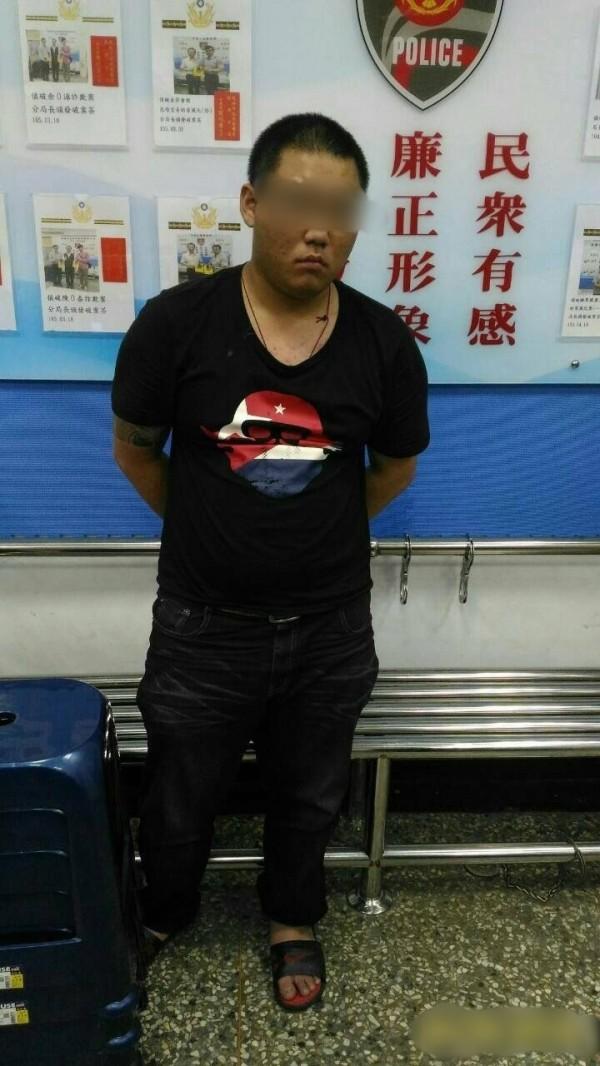 蔡姓男子騎車未扣好安全帽,意外被警方查獲攜毒。(記者黃良傑翻攝)