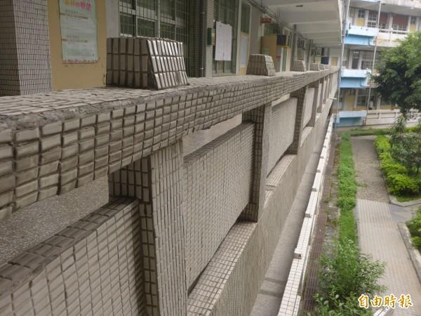 碧華國中在民國六十六年創校,校園硬體反映了民國六零年代的建築顯學。(記者李雅雯攝)