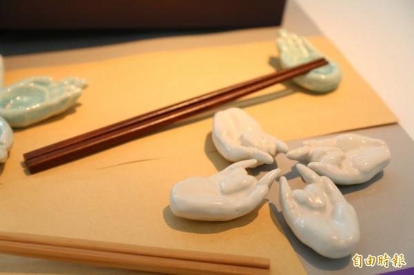 學生詹芮恩設計的筷架《禪》,融入佛教禪學的概念作出佛手造形,在餐桌上讓人看了寧靜且舒適。(記者張安蕎攝)