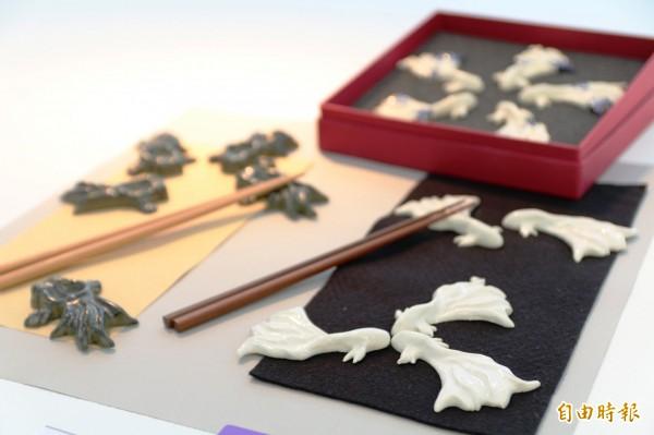 學生周聖鈞的筷架作品《魚躍龍門》以鬥魚和金魚漂亮的魚尾為造型,同時象徵事業成功或事業高升。(記者張安蕎攝)