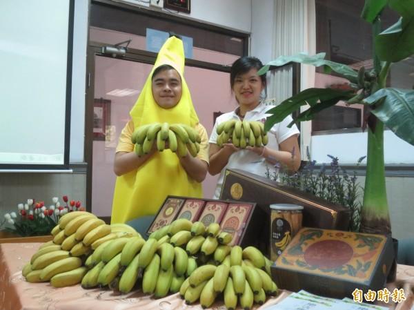 為促成集集山蕉外銷日本,集集鎮長陳紀衡赴日參展時不惜「撩落去」當起香蕉人。(記者劉濱銓攝)