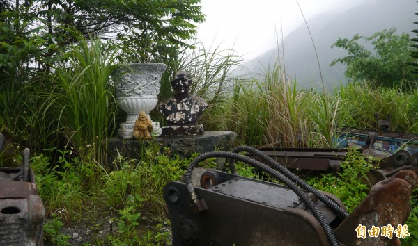花蓮縣環保局突擊非法土資場,驚見昔日蔣公銅像落難被丟置一旁。(記者王峻祺攝)