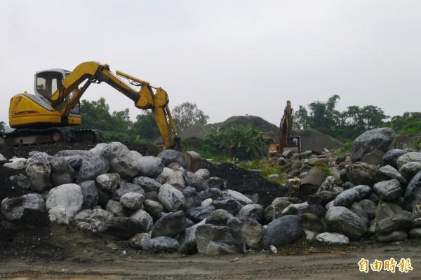 花蓮縣環保局連同議員稽查占地萬坪的非法土資場,赫然發現場內存放大量剩餘可用土方、瀝青及大批建築事業廢棄物。(記者王峻祺攝)