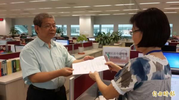 中市勞工局將「無違反法令證明書」由過去的12天降為7天。(記者蘇金鳳攝)