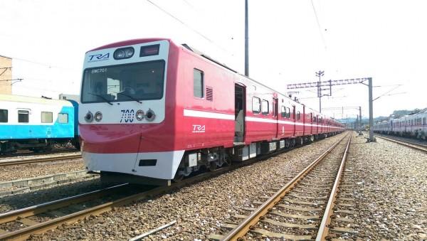 台鐵南港站今升為一等站,除了邀請表演團體與會外,慶祝升等另一大亮點是台鐵EMU700型電聯車(俗稱阿福號)也彩繪成日本京濱急行電鐵列車之紅色塗裝,首航正式亮相。( 台鐵提供)