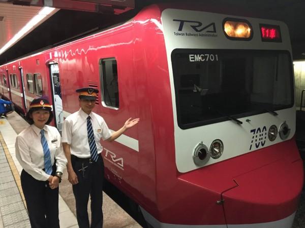 台鐵南港站今升為一等站,除了邀請表演團體與會外,慶祝升等另一大亮點是台鐵1列EMU700型電聯車(俗稱阿福號)也彩繪成日本京濱急行電鐵列車之紅色塗裝,今天同步亮相。(記者黃立翔攝)